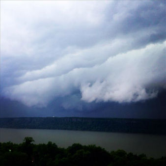 "<div class=""meta image-caption""><div class=""origin-logo origin-image ""><span></span></div><span class=""caption-text"">Severe thunderstorms over the Hudson River. (RCauvin)</span></div>"