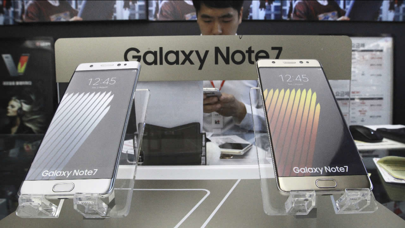 Samsung Electronics Galaxy Note 7 smartphones are displayed at a mobile phone shop in Seoul, South Korea, Monday, Oct. 10, 2016.