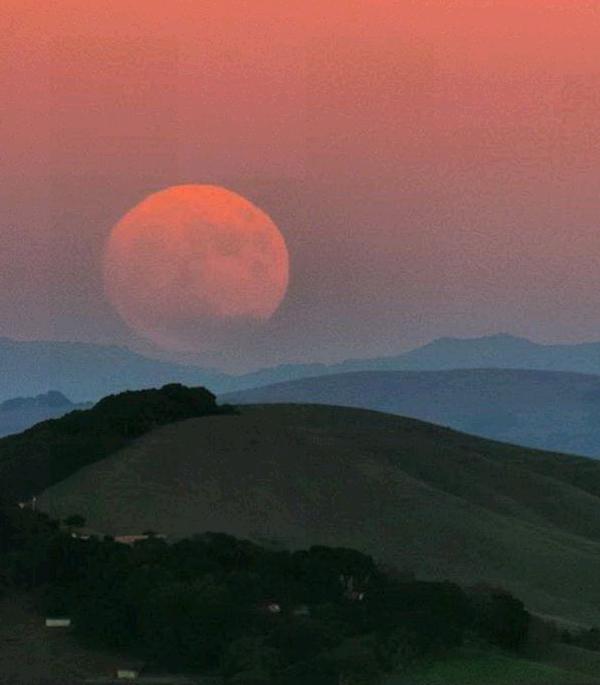 "<div class=""meta image-caption""><div class=""origin-logo origin-image none""><span>none</span></div><span class=""caption-text"">A gorgeous 'super moon' was seen over the Bay Area, Sunday, November 14, 2016. (Instagram/bae_gram)</span></div>"