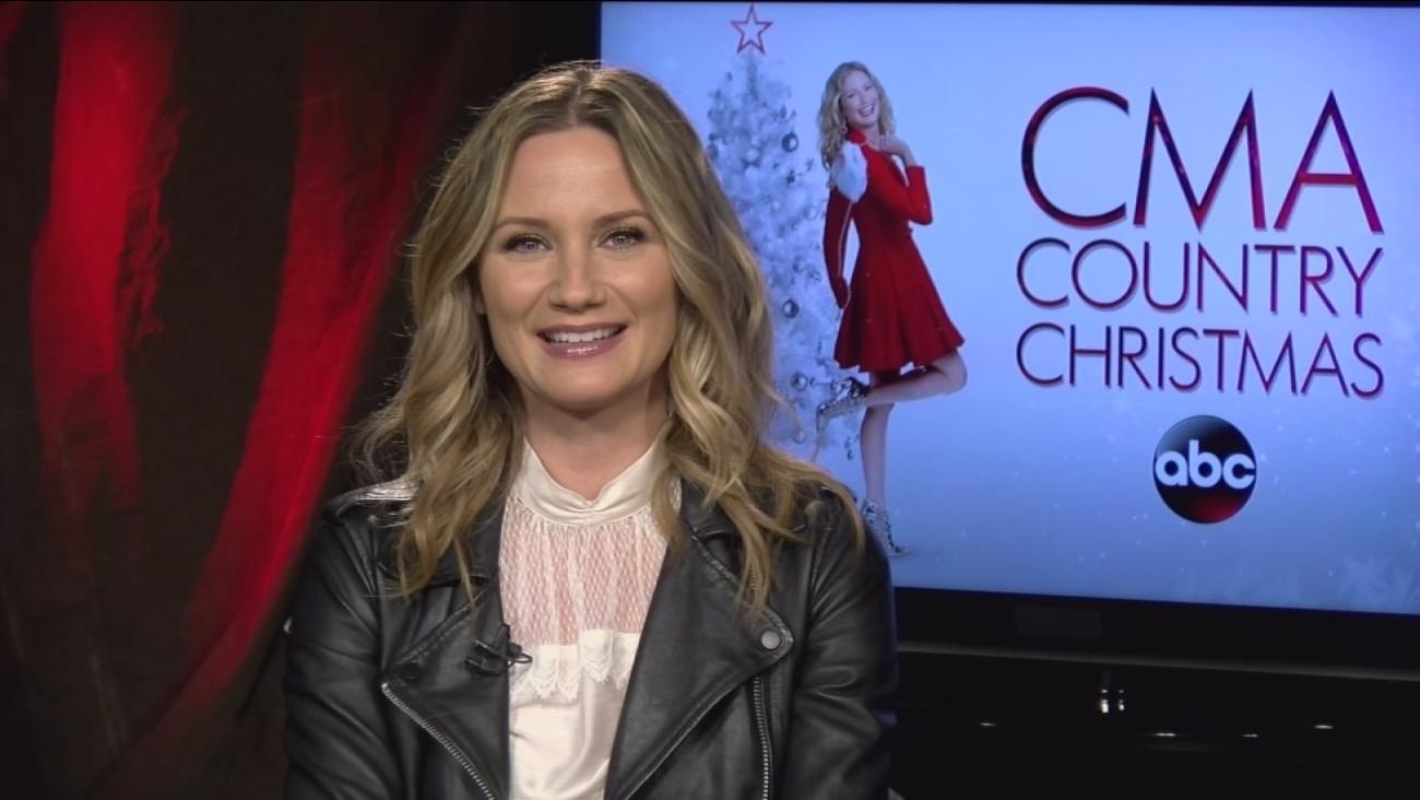 Jennifer Nettles talks about hosting \'CMA Country Christmas\' on ABC ...