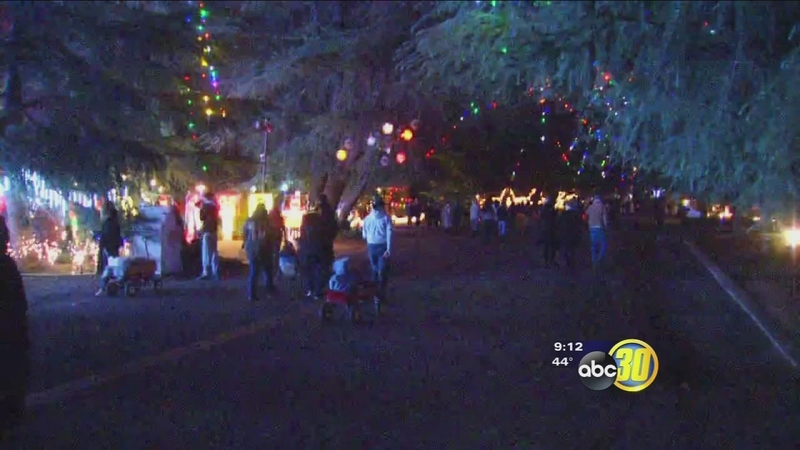 Christmas Tree Lane Fresno.Hundreds Fill Fresno Streets For Christmas Tree Lane Opening
