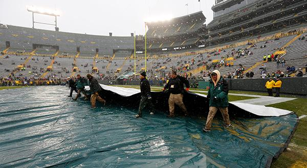 "<div class=""meta image-caption""><div class=""origin-logo origin-image ap""><span>AP</span></div><span class=""caption-text"">Workers take the tarp off Lambeau Field before an NFL football game between the Green Bay Packers and the Houston Texans Sunday, Dec. 4, 2016, in Green Bay. (AP Photo/Mike Roemer) (AP)</span></div>"