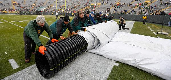 "<div class=""meta image-caption""><div class=""origin-logo origin-image ap""><span>AP</span></div><span class=""caption-text"">Workers take the tarp off Lambeau Field before an NFL football game between the Green Bay Packers and the Houston Texans Sunday, Dec. 4, 2016, in Green Bay.. (AP Photo/Mike Roemer) (AP)</span></div>"