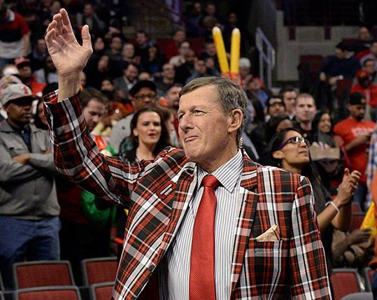 <div class='meta'><div class='origin-logo' data-origin='AP'></div><span class='caption-text' data-credit='AP'>FILE - In this March 5, 2015, file photo, Craig Sager acknowledges the crowd during a timeout in an NBA basketball game between the Chicago Bulls and the Oklahoma City Thunder.</span></div>