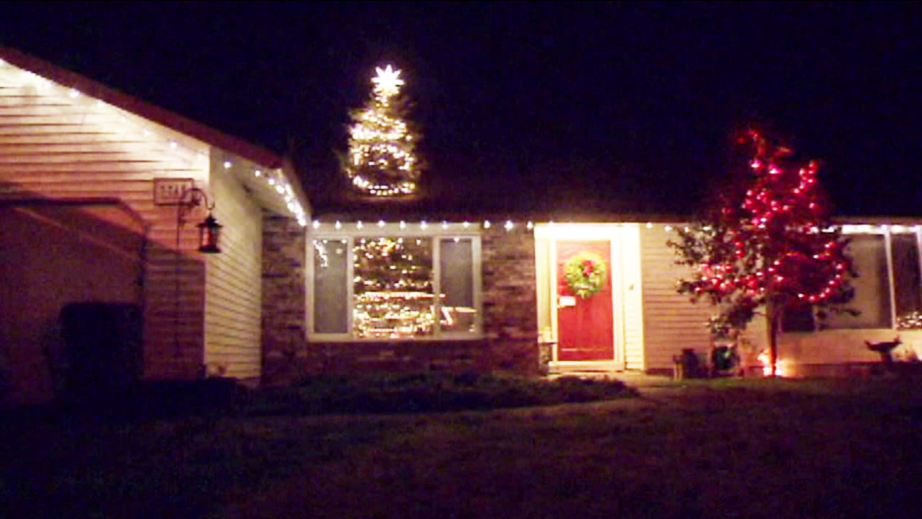 One Story House Christmas Lights.Oregon Father Son Duo Poke Fun With 20 Foot Christmas Tree