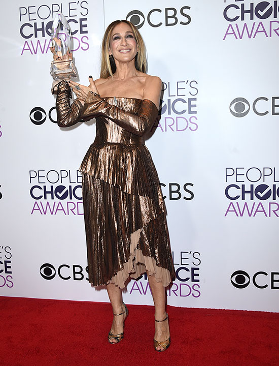 """<div class=""""meta image-caption""""><div class=""""origin-logo origin-image none""""><span>none</span></div><span class=""""caption-text"""">Sarah Jessica Parker poses in the press room with the award for favorite premium series actress at the People's Choice Awards at the Microsoft Theater on Wednesday, Jan. 18, 2017. (Jordan Strauss/Invision/AP)</span></div>"""