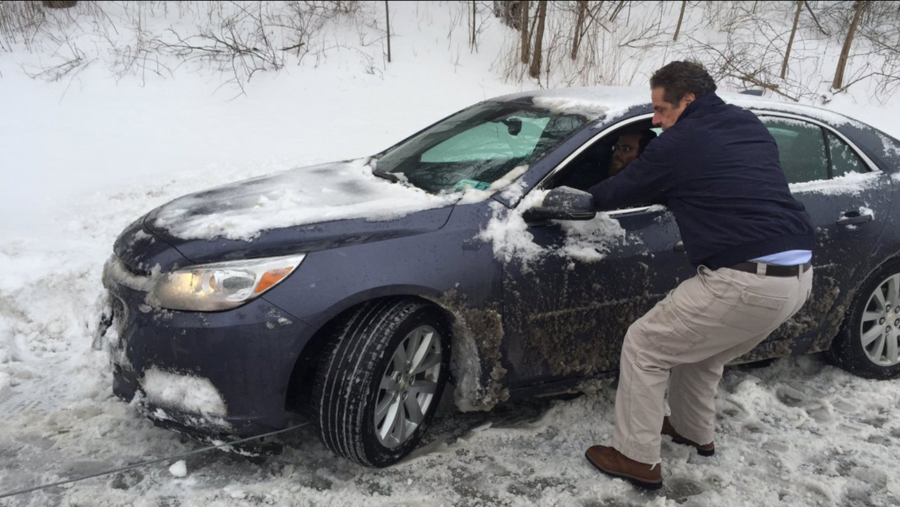 Ny Governor Andrew Cuomo Helps Stranded Driver During Storm Abc7 New York