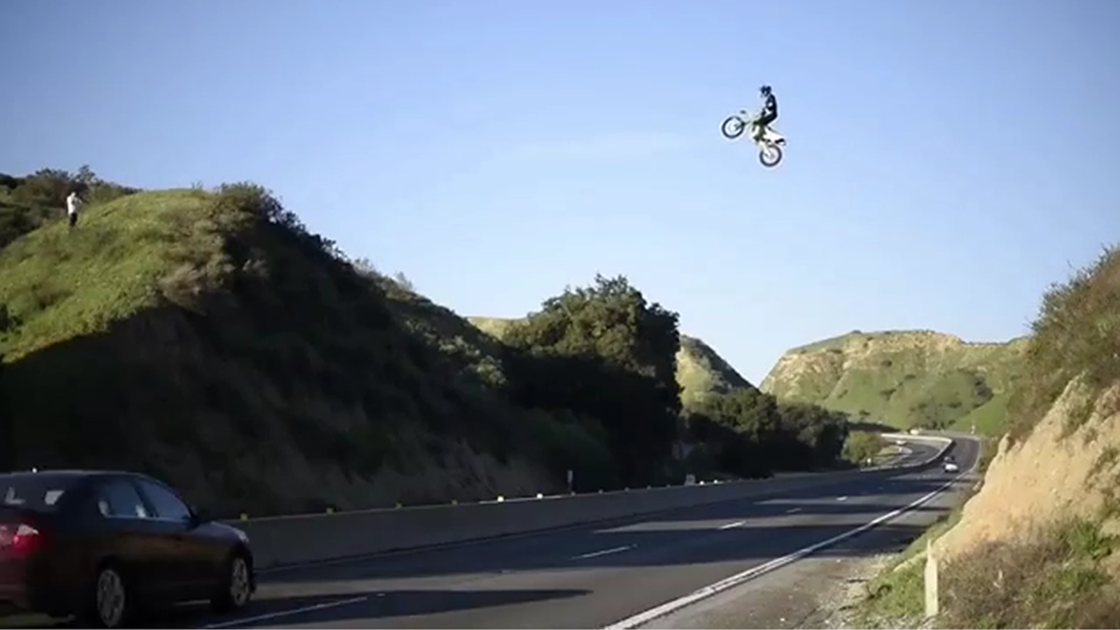 Motorcyclist jumps over SoCal freeway, sparks investigation