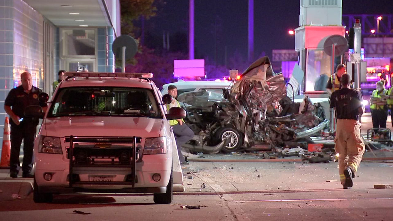 Violent 3-vehicle crash kills driver waiting to pay toll on Sam