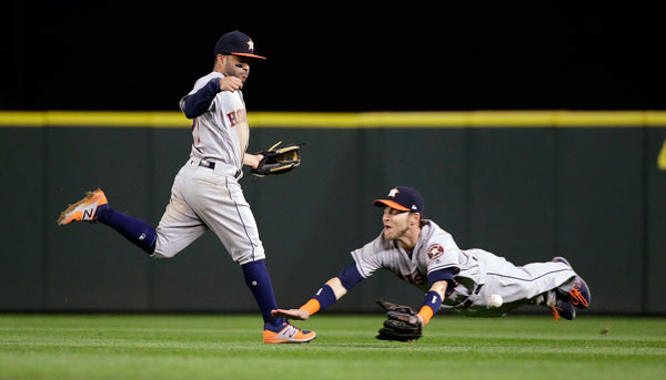 "<div class=""meta image-caption""><div class=""origin-logo origin-image none""><span>none</span></div><span class=""caption-text"">Houston Astros right fielder Josh Reddick, right, misses the ball on a dive as second baseman Jose Altuve runs past on a single by Seattle Mariners' Mike Zunino. (AP Photo/Elaine Thompson)</span></div>"