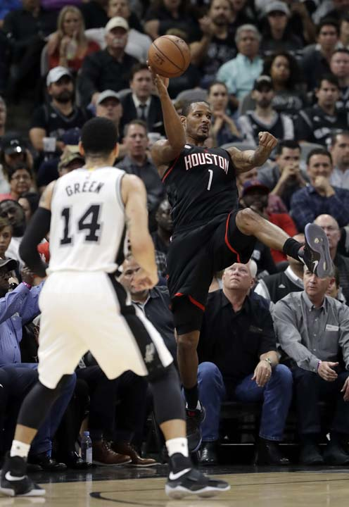 """<div class=""""meta image-caption""""><div class=""""origin-logo origin-image ap""""><span>AP</span></div><span class=""""caption-text"""">San Antonio Spurs' Danny Green (14) watches as Houston Rockets' Trevor Ariza (1) saves the ball from going out of bounds during the first half in Game 5 . (AP Photo/Eric Gay) (AP)</span></div>"""
