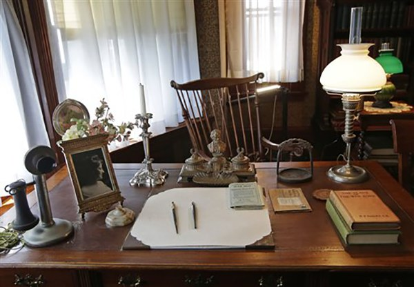 """<div class=""""meta image-caption""""><div class=""""origin-logo origin-image ap""""><span>AP</span></div><span class=""""caption-text"""">A period telephone, an Abraham Lincoln inkwell, and stirrup and a photograph of his wife Edith sit on Theodore Roosevelt's desk in his library at Sagamore Hill in Oyster Bay, N.Y. (AP Photo/Kathy Willens)</span></div>"""