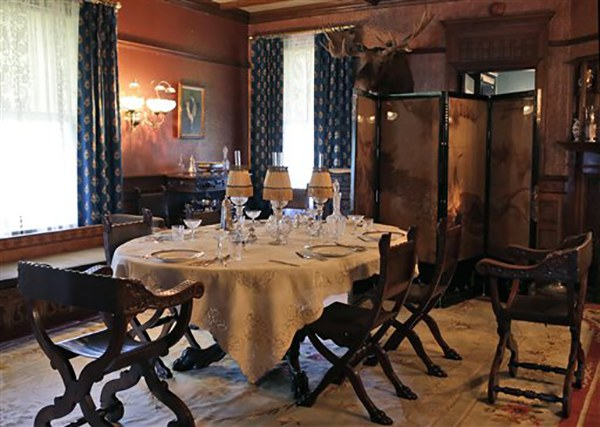 """<div class=""""meta image-caption""""><div class=""""origin-logo origin-image ap""""><span>AP</span></div><span class=""""caption-text"""">President Theodore Roosevelt's formal dining room at his """"Summer White House"""" in Sagamore Hill in Oyster Bay, N.Y. (AP Photo/Kathy Willens)</span></div>"""