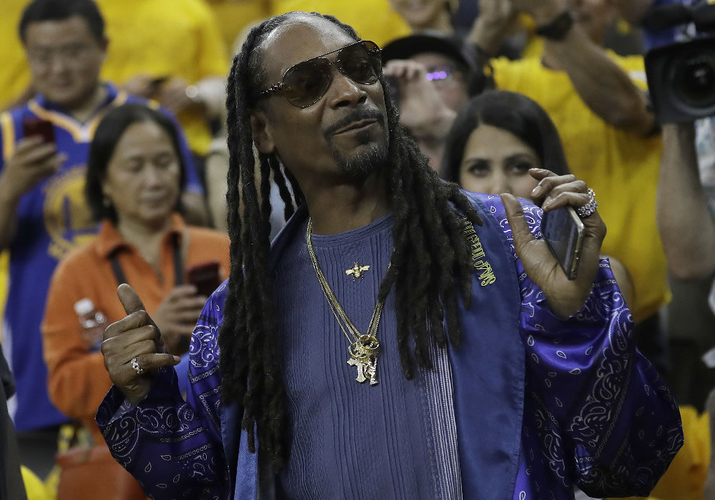 "<div class=""meta image-caption""><div class=""origin-logo origin-image none""><span>none</span></div><span class=""caption-text"">Snoop Dogg poses for photos before Game 5 of basketball's NBA Finals between the Golden State Warriors and the Cleveland Cavaliers in Oakland, Calif., Monday, June 12, 2017. (AP Photo/Marcio Jose Sanchez)</span></div>"