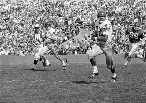 "<div class=""meta image-caption""><div class=""origin-logo origin-image none""><span>none</span></div><span class=""caption-text"">USC's O.J. Simpson (32) is pictured in action against Northwestern at Evanston, Ill., Sept. 28, 1968. (AP Photo)</span></div>"