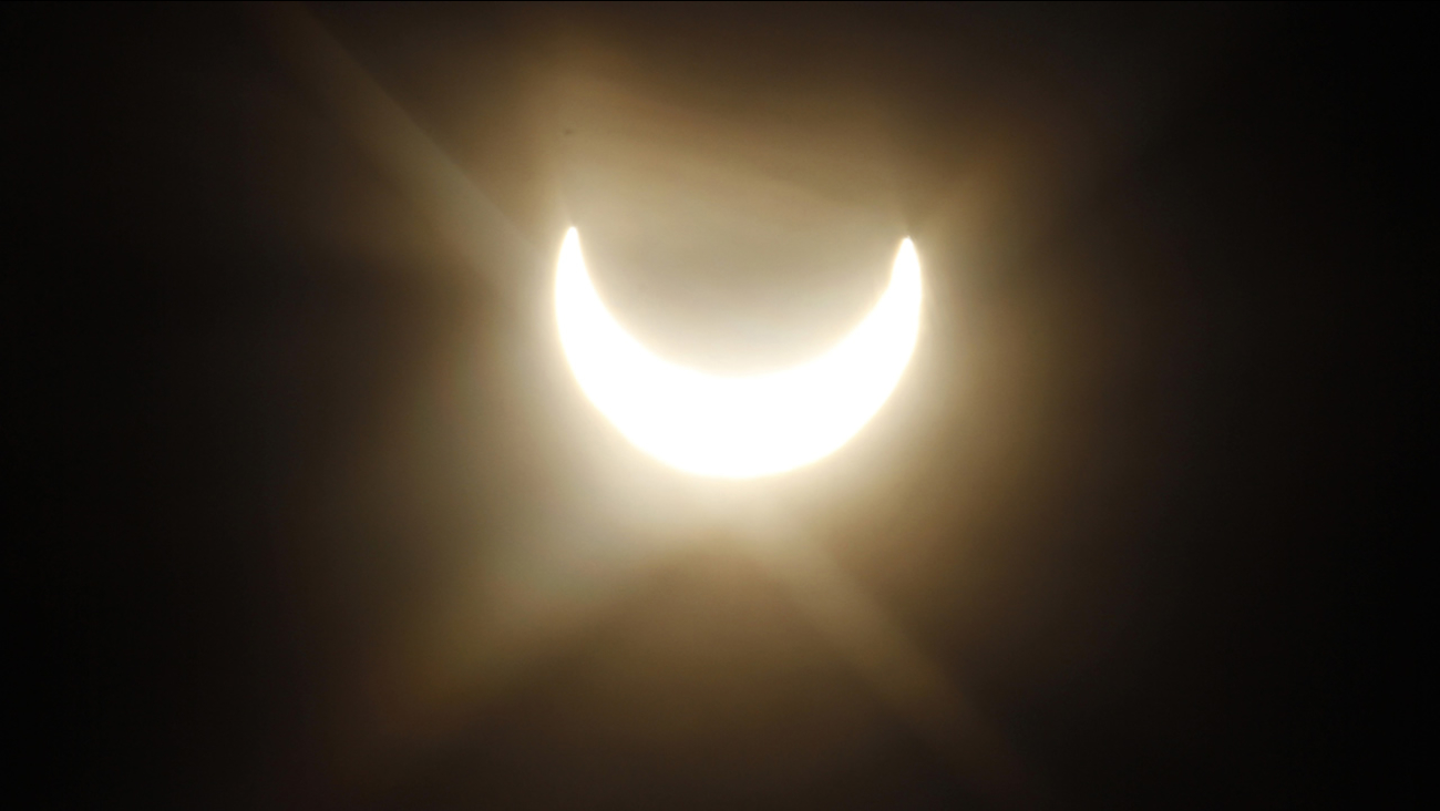 A partial solar eclipse is seen through the fog in Vienna, Austria, on Tuesday, Jan. 4, 2011. (AP Photo/Ronald Zak)