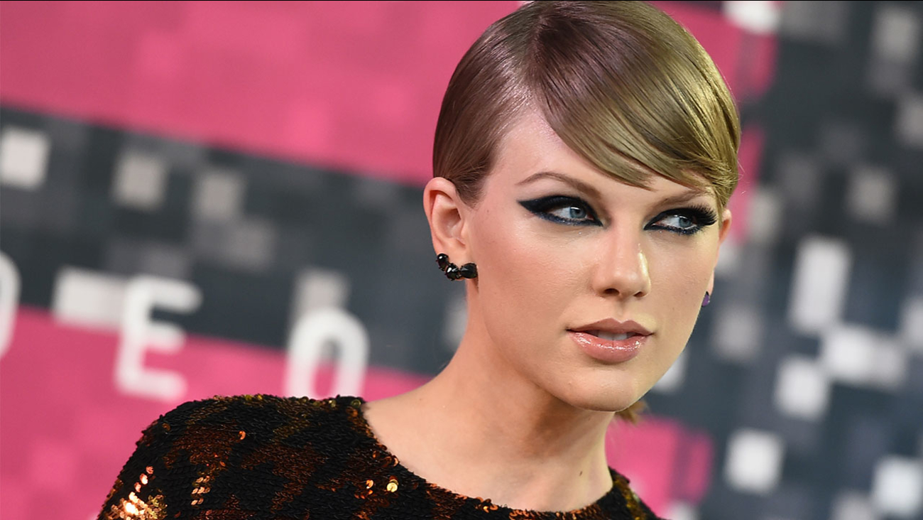 Taylor Swift arrives at the MTV Video Music Awards at the Microsoft Theater on Sunday, Aug. 30, 2015, in Los Angeles.