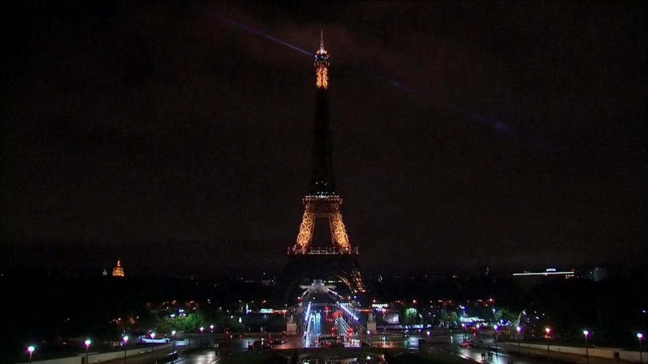 The Eiffel Tower goes dark on Aug. 17, 2017 in memory of the 13 victims of the Barcelona terror attack.