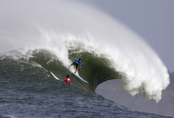 "<div class=""meta image-caption""><div class=""origin-logo origin-image ""><span></span></div><span class=""caption-text"">Peter Mel catches a wave as Colin Dwyer, below, is near during the second heat of the first round of the Mavericks Invitational big wave surf contest Friday, Jan. 24, 2014, in Half Moon Bay, Calif. Mel is the defending champion of the event. (AP Photo/Eric Risberg) (AP Photo/Eric Risberg)</span></div>"