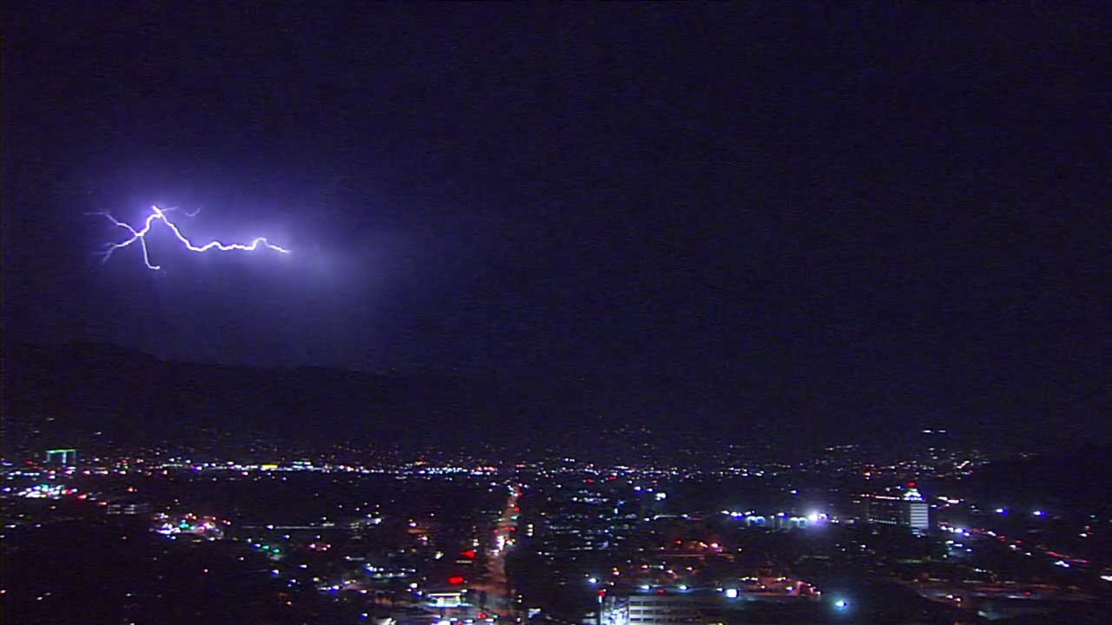 Video lightning lights up night sky across southland abc7 com