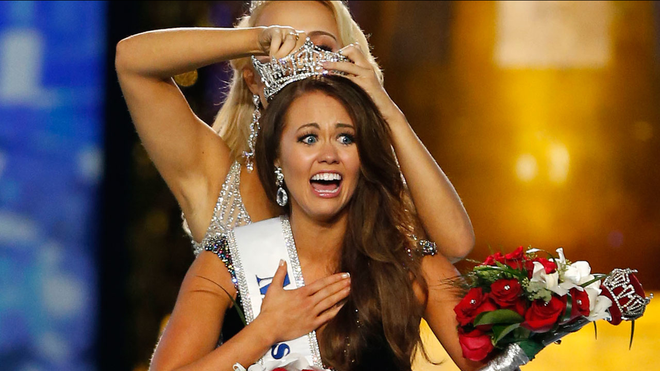 Miss North Dakota Cara Mund reacts after being named Miss America during Miss America 2018 pageant, Sunday, Sept. 10, 2017, in Atlantic City, N.J.