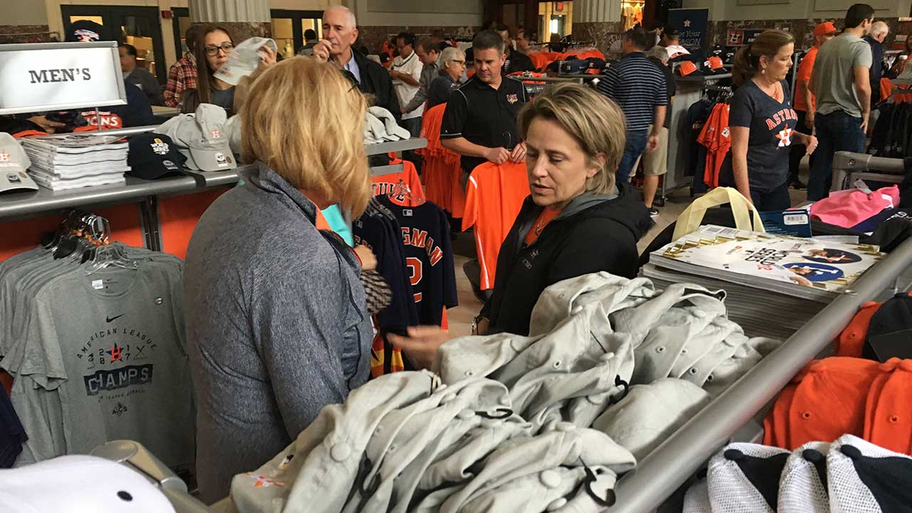 b1a177cfd49 Astros team store turns into madhouse as fans try to buy the shirt ...