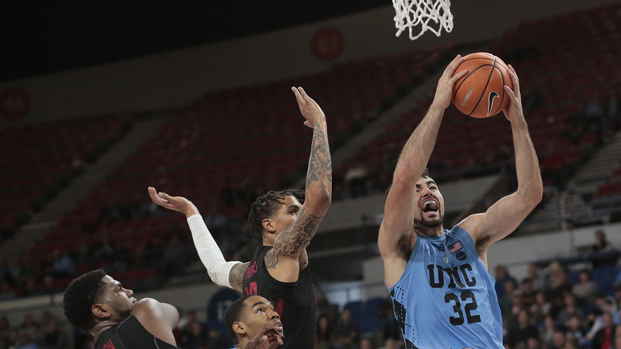 North Carolina's Luke Maye (32) gets past Arkansas' Trey Thompson (1) and Dustin Thomas, center rear on Friday in Portland, Ore.