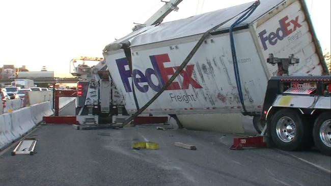 man dies in crash between vehicle fedex truck on i 880 in oakland abc7newscom