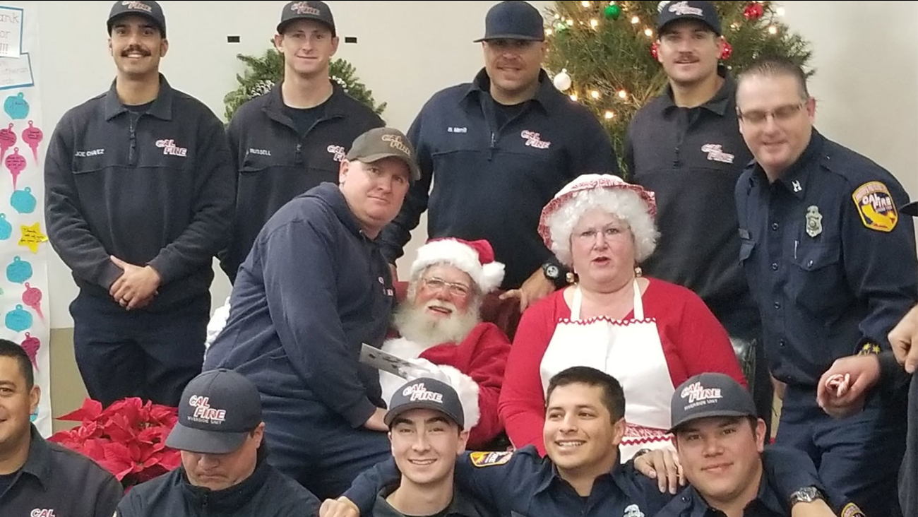 The Ventura County Fire Department tweeted out a photo of some of the hardworking firefighters posing with Santa and Mrs. Claus.