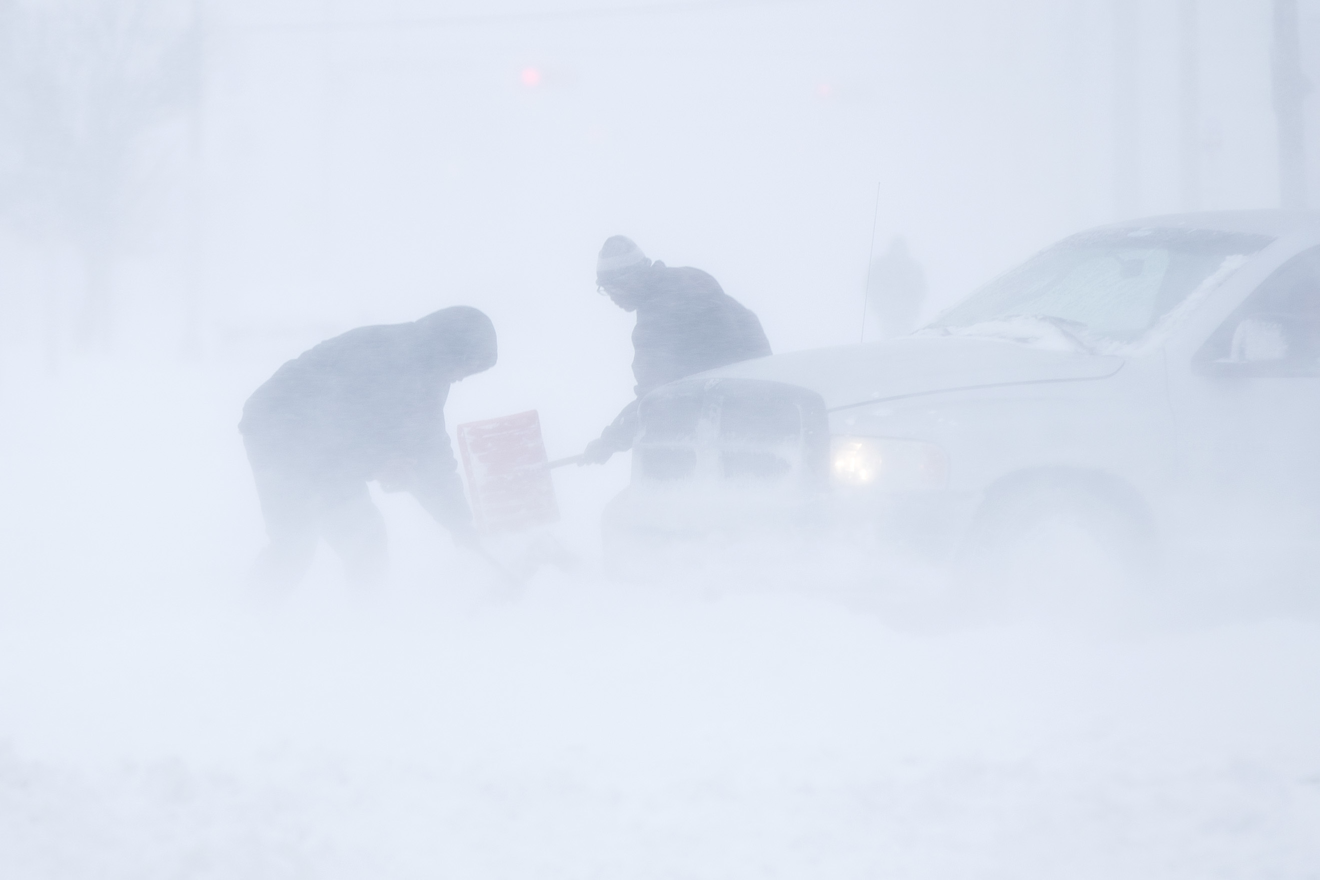 "<div class=""meta image-caption""><div class=""origin-logo origin-image none""><span>none</span></div><span class=""caption-text"">Umoja Blanks, center, and Devin Brown, left, help to dig out a stranger's stranded truck during a winter snowstorm in Atlantic City, N.J., Jan. 4, 2018. (AP Photo/Matt Rourke) (AP)</span></div>"