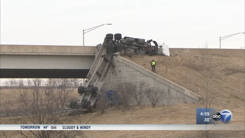 Driver dies after semi falls off ramp from I-355 to I-80