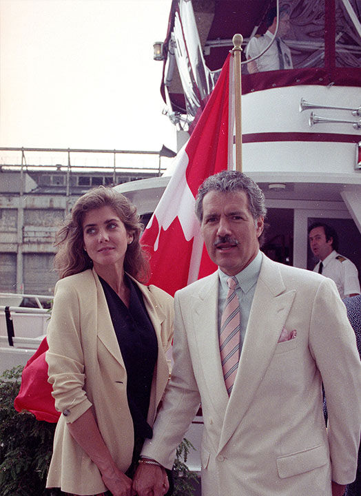 "<div class=""meta image-caption""><div class=""origin-logo origin-image ""><span></span></div><span class=""caption-text"">Trebek with his wife Jean Currivan in New York in 1990. (Ed Bailey / AP)</span></div>"