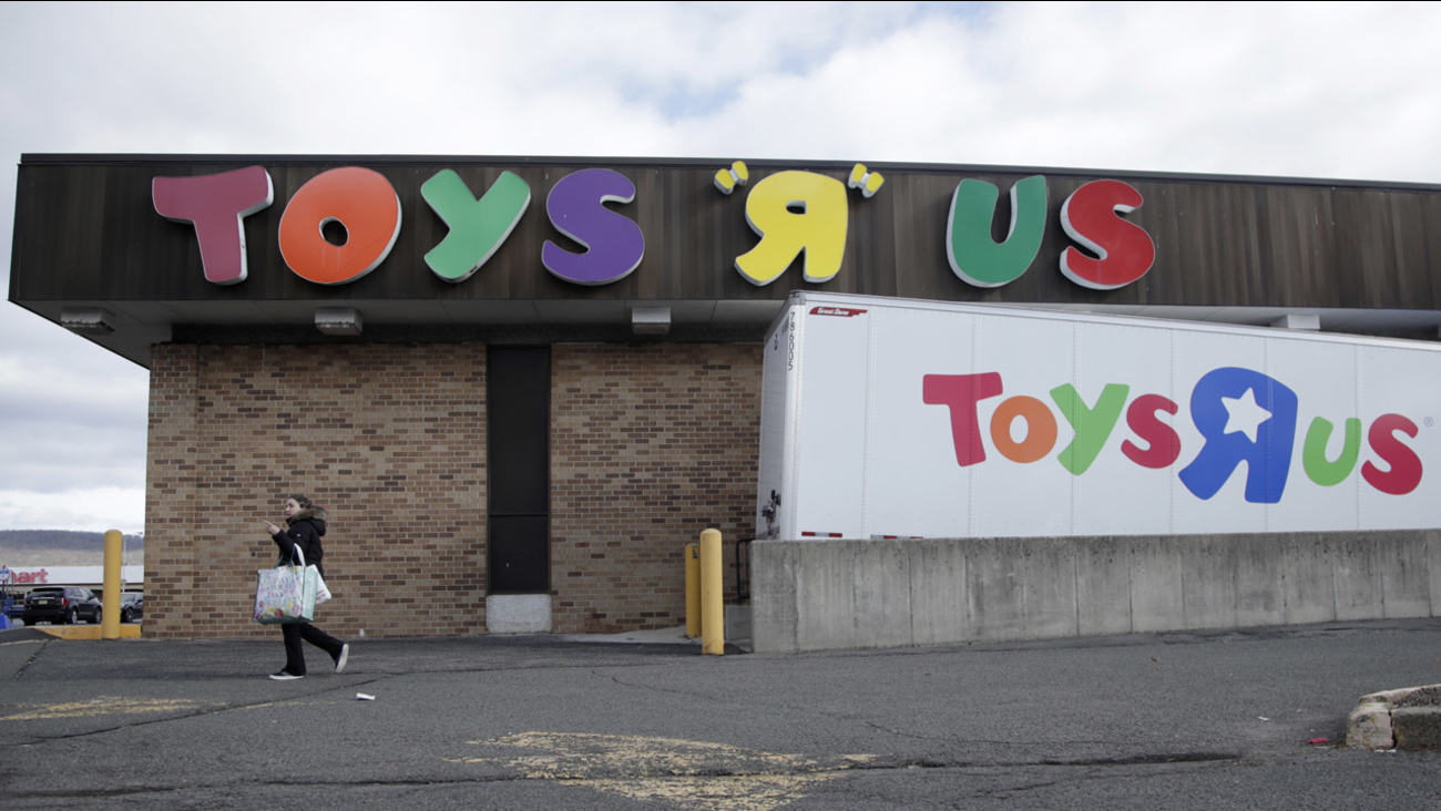 Store Closing Sales Begin At Toys R Us Locations In New York New