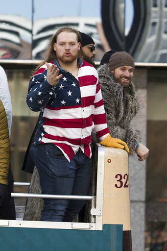 "<div class=""meta image-caption""><div class=""origin-logo origin-image ap""><span>AP</span></div><span class=""caption-text"">Philadelphia Eagles player Beau Allen gestures to fans alongside teammate Chris Long during a Super Bowl victory parade, Thursday, Feb. 8, 2018 (AP Photo/Christopher Szagola) (AP)</span></div>"