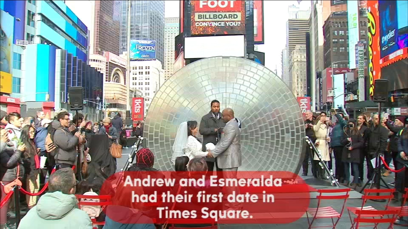 Valentine S Day Features Weddings Proposals In Times Square Abc7ny