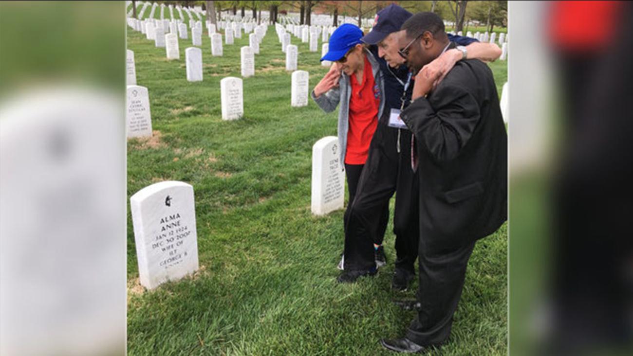 Volunteers help WWII veteran to his wife's grave