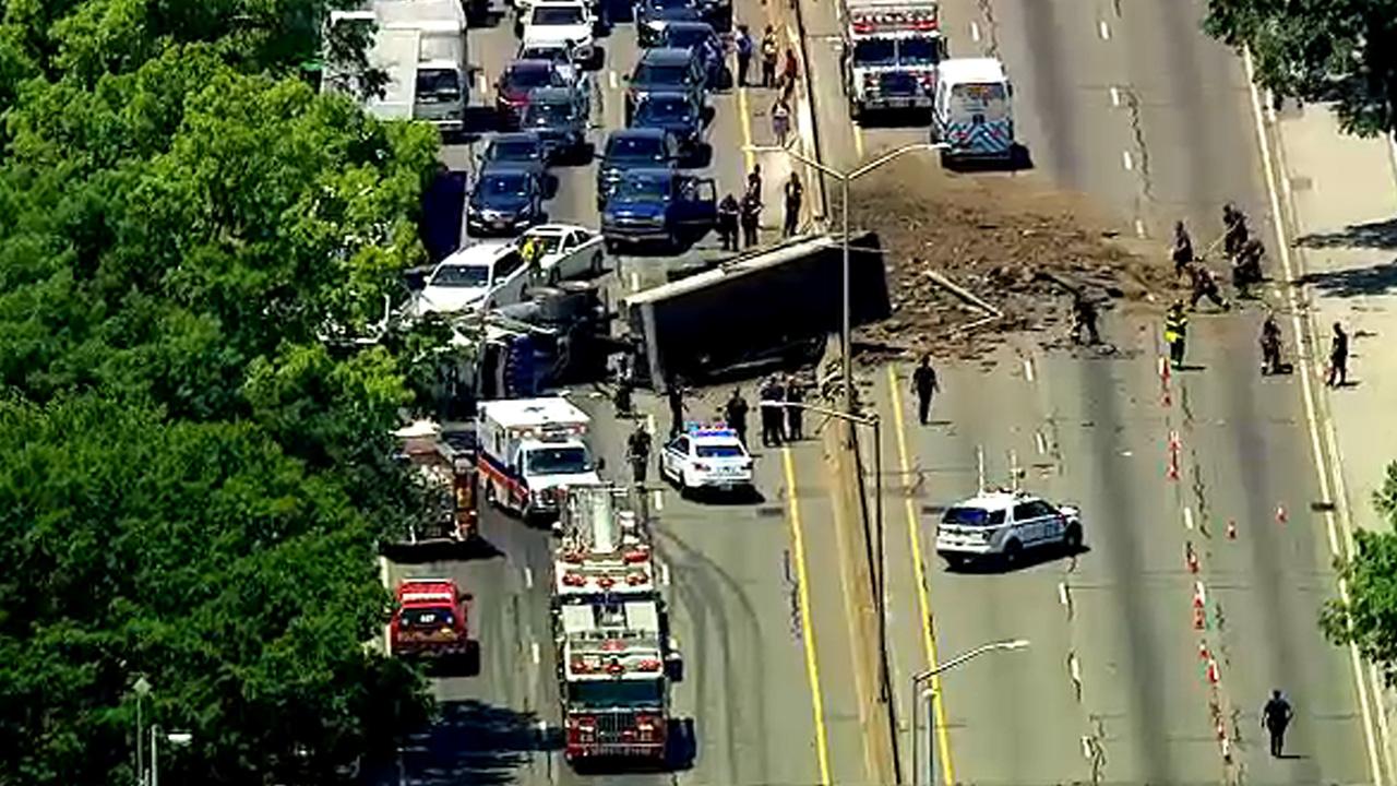 Dump truck overturns on Long Island Expressway, causing massive backup