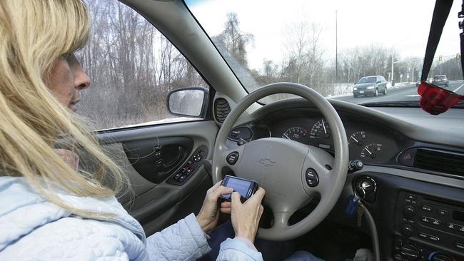 安省史上最严打击分心驾驶新法 扣6分罚$3,000