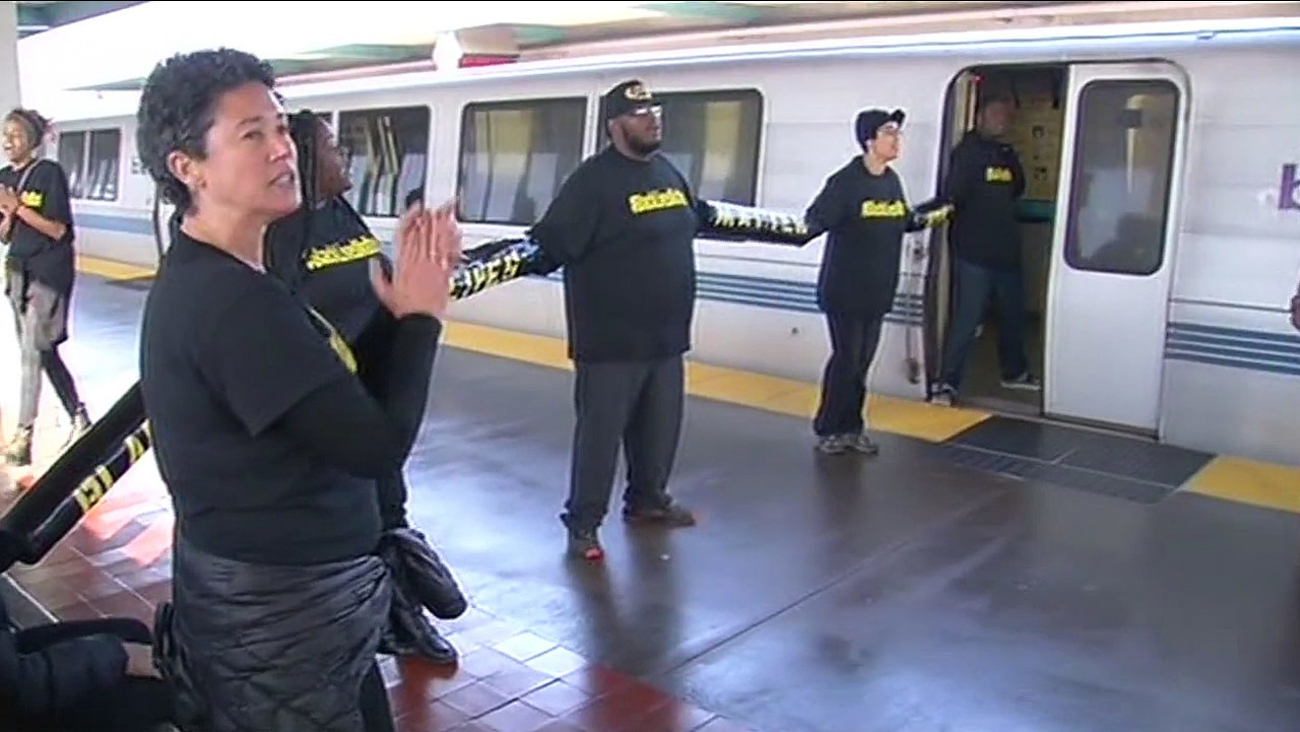 Protesters chain to West Oakland BART trains over Ferguson verdict