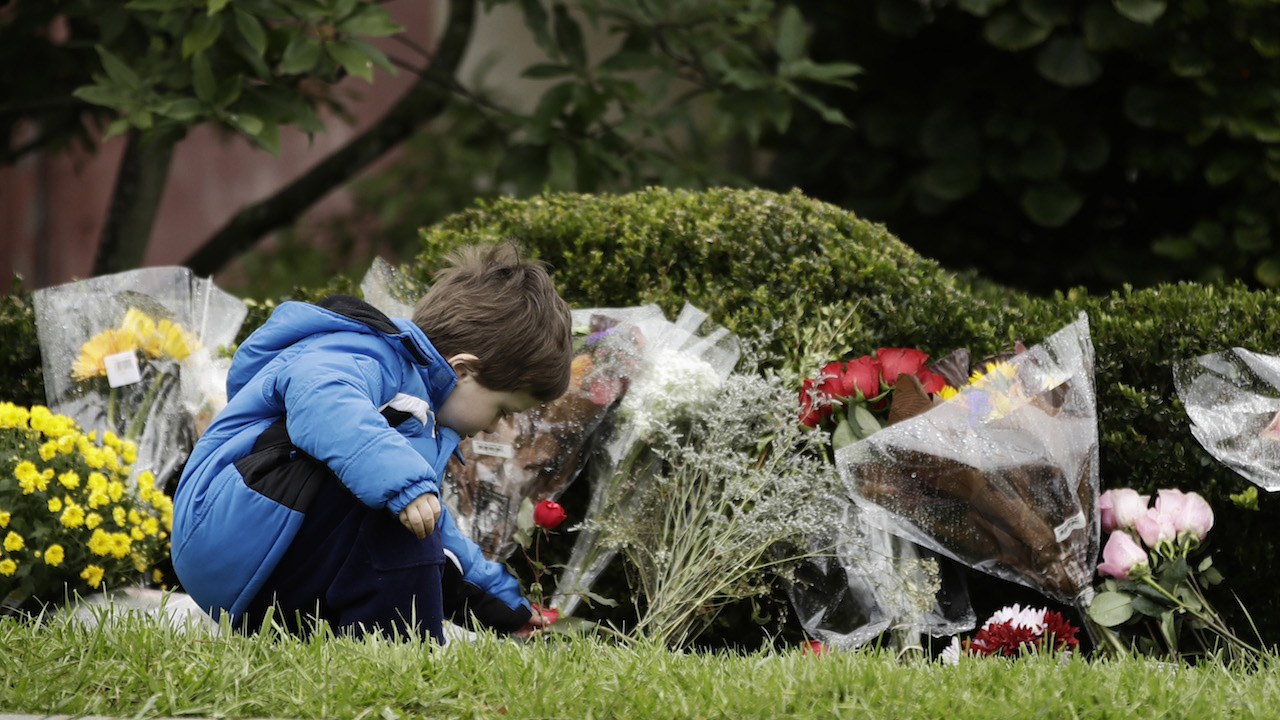 "<div class=""meta image-caption""><div class=""origin-logo origin-image ap""><span>AP</span></div><span class=""caption-text"">Gideon Murphy places a flower at the Tree of Life Synagogue in Pittsburgh, Sunday, Oct. 28, 2018. (AP Photo/Matt Rourke)</span></div>"