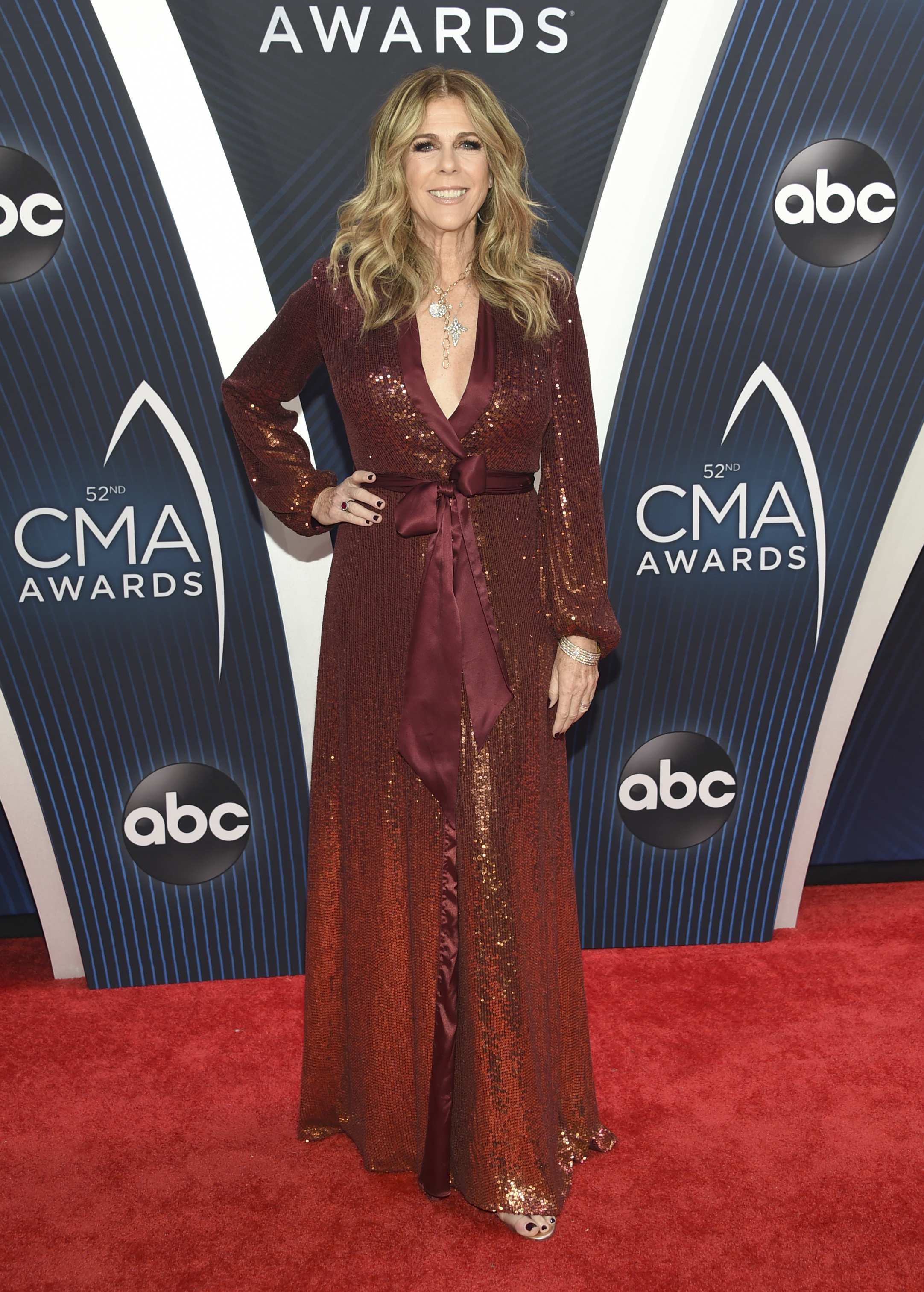 "<div class=""meta image-caption""><div class=""origin-logo origin-image ap""><span>AP</span></div><span class=""caption-text"">Rita Wilson arrives at the 52nd annual CMA Awards at Bridgestone Arena on Wednesday, Nov. 14, 2018, in Nashville, Tenn. (Photo by Evan Agostini/Invision/AP) (Evan Agostini/Invision/AP)</span></div>"