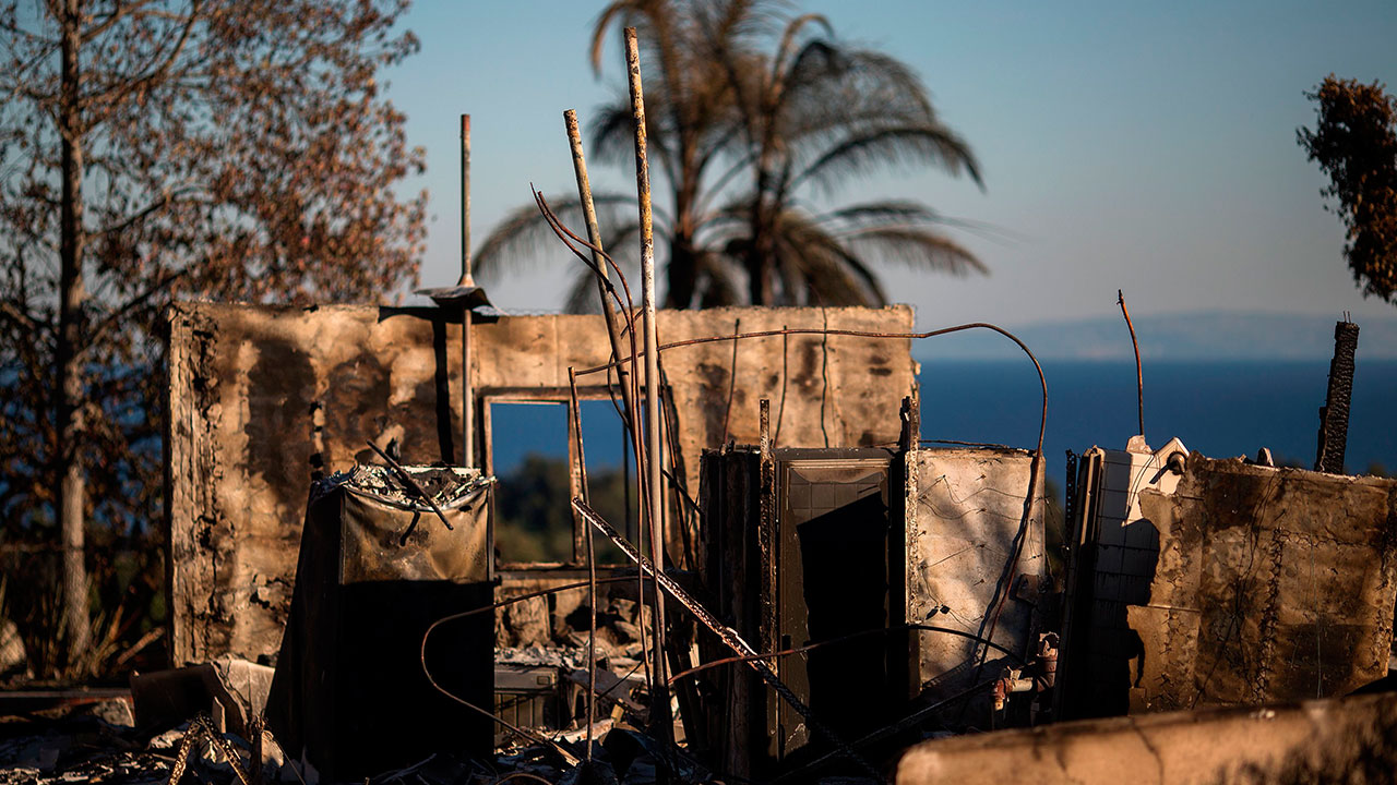 <div class='meta'><div class='origin-logo' data-origin='none'></div><span class='caption-text' data-credit='DAVID MCNEW/AFP/Getty Images'>The ruins of an ocean view home are seen in the aftermath of the Woolsey Fire in Malibu, California on November 14, 2018.</span></div>