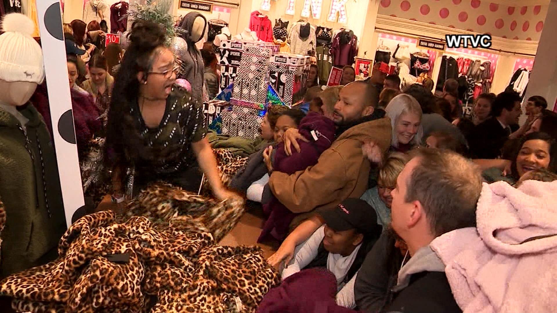 Black Friday Mob At Tennessee Victoria S Secret Terrifies Sales Associate Abc7 New York
