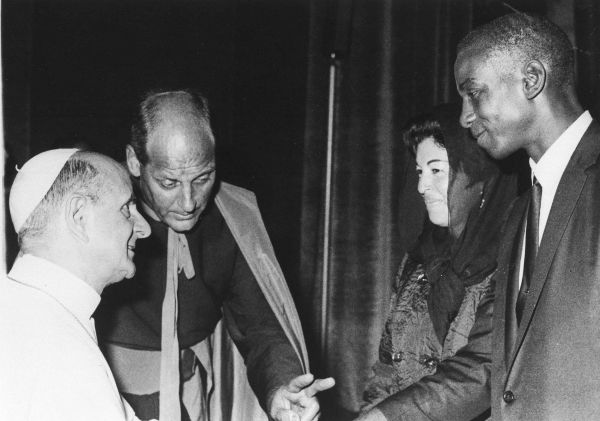"""<div class=""""meta image-caption""""><div class=""""origin-logo origin-image none""""><span>none</span></div><span class=""""caption-text"""">American baseball player Ernie Banks of the Chicago Cubs and his wife Eloyce, meet Pope Paul VI in Vatican City, Oct. 26, 1966. (AP Photo) (AP Photo/ XMB)</span></div>"""