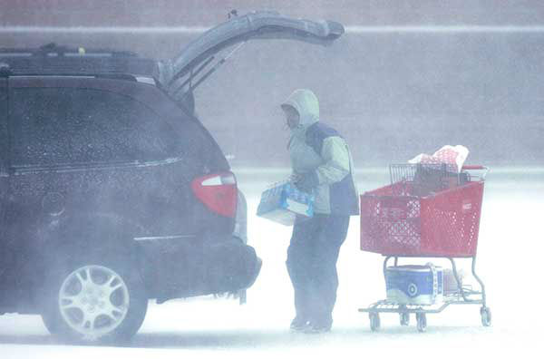 """<div class=""""meta image-caption""""><div class=""""origin-logo origin-image none""""><span>none</span></div><span class=""""caption-text"""">March 2007: A shopper loads up after a trip in blizzard conditions in Iowa. (Photo/Charlie Neibergall)</span></div>"""