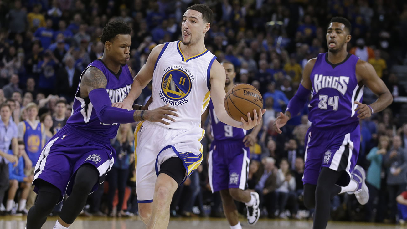 Golden State Warriors' Klay Thompson (11) prepares to pass away from Sacramento Kings' Ben McLemore,