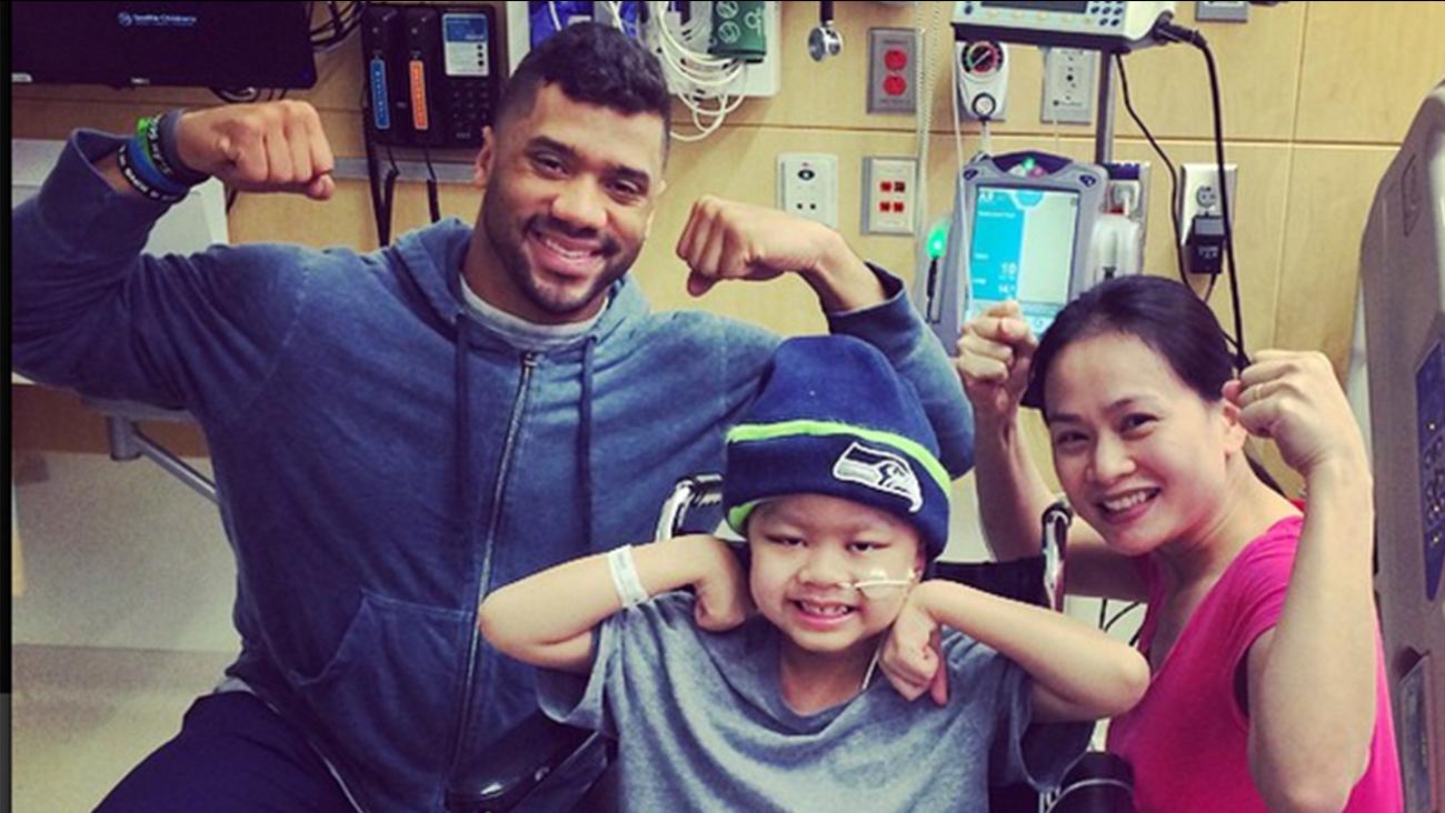 Seattle Seahawks Quarterback Russell Wilson Visits Sick Kids At Children S Hospital Abc7 New York