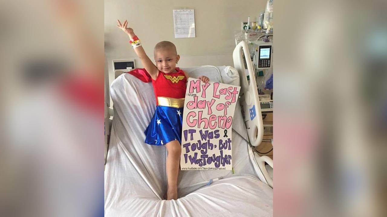 3-letni bolnik z rakom, oblečen v Wonder Woman-4171