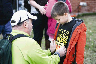 "<div class=""meta image-caption""><div class=""origin-logo origin-image none""><span>none</span></div><span class=""caption-text"">The Woodlands resident Todd Stephens pins a bib on his 6-year-old son, Owen, during the Kids Running for Kids fundraising event (Michael Minasi/HCN)</span></div>"
