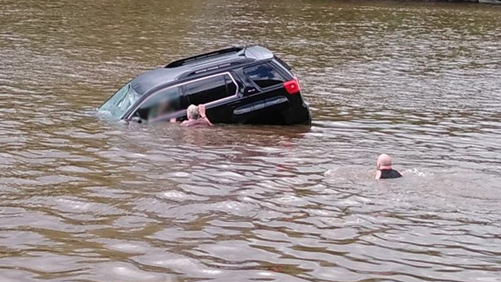 Witnesses: 2 good Samaritans help rescue woman who drove SUV into Schuylkill River